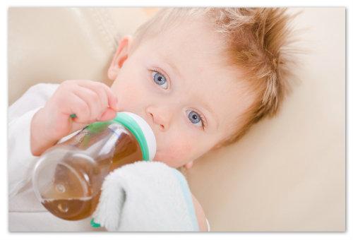 Малыш пьёт чай.