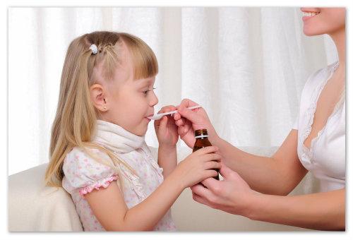 Девочка пьёт сироп от кашля.