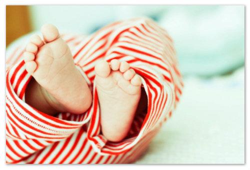 Малыш в полосатых штанах.