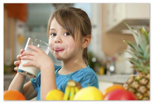 Девочка пьёт простоквашу.