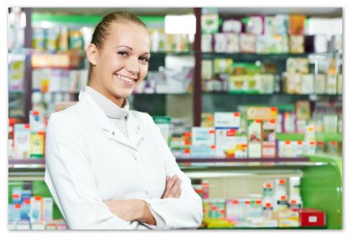 Фармацевт в аптеке.