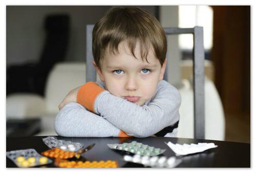 Мальчик и лекарства.