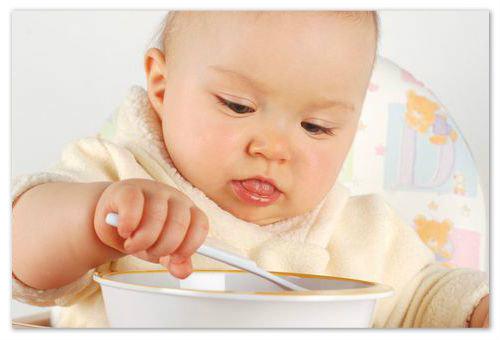 Малыш завтракает.