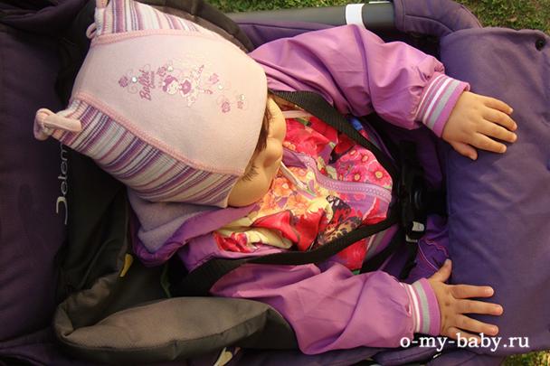 Ремни безопасности надёжно фиксируют ребенка, хотя застежка не очень качественная.