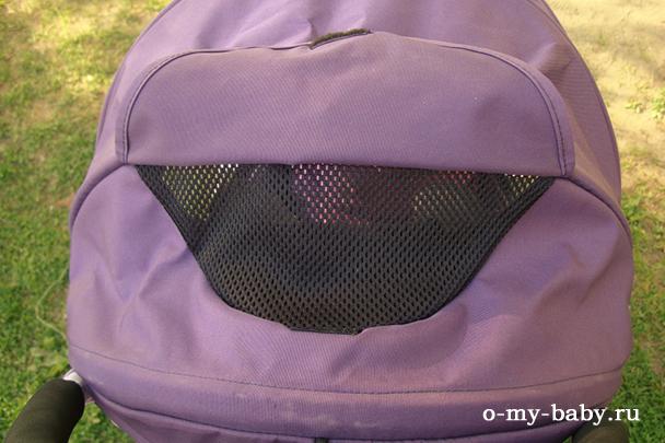 В капюшоне имеется сетчатое окошко.
