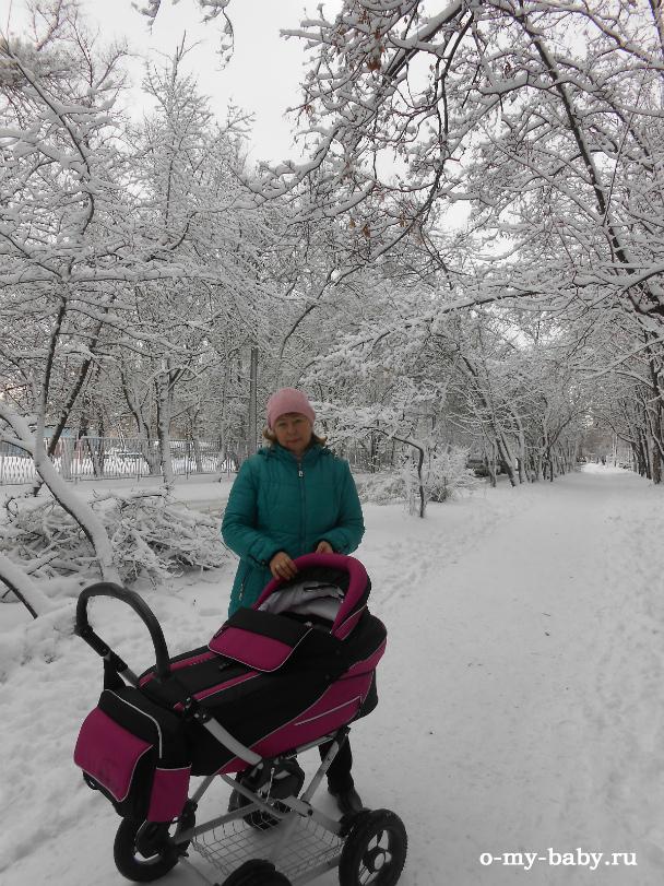 Ребёнку в коляске тепло даже зимой.