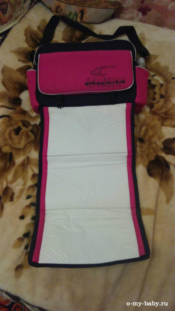 Входящая в комплект коляски сумка снабжена удобным встроенным матрасиком для пеленания.