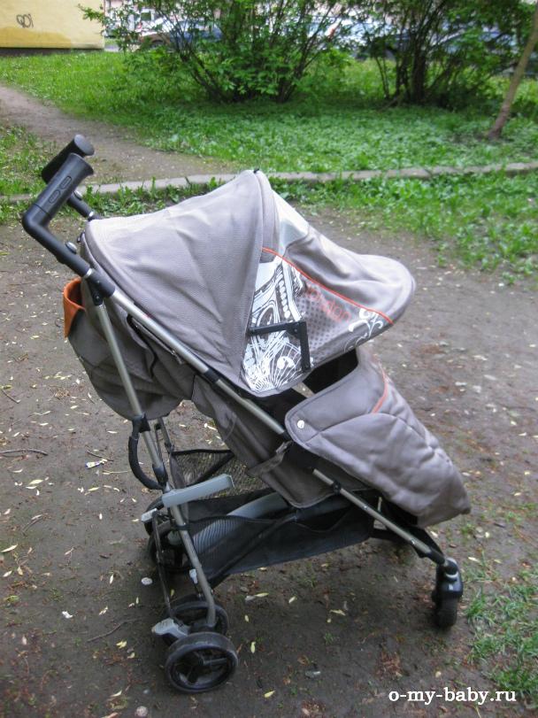 Ребёнок полностью защищён от непогоды.