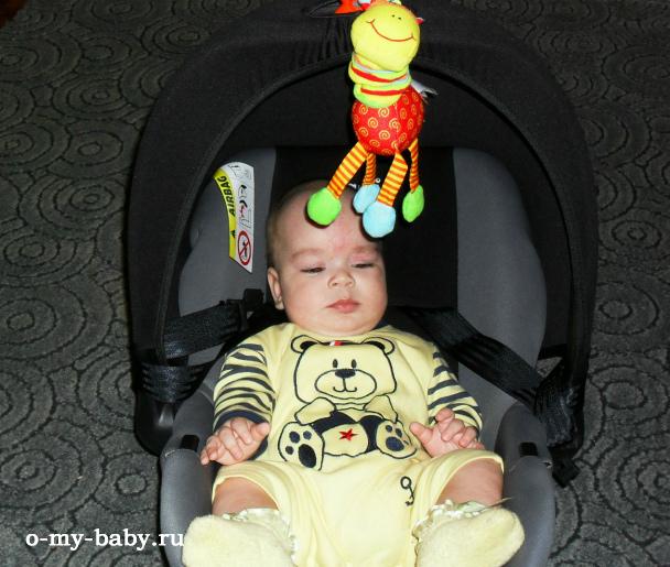 Годовалый малыш в автокресле.