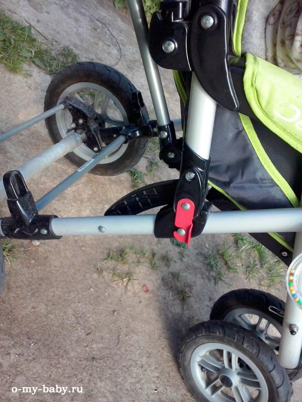 Положение коляски фиксируется кнопкой.