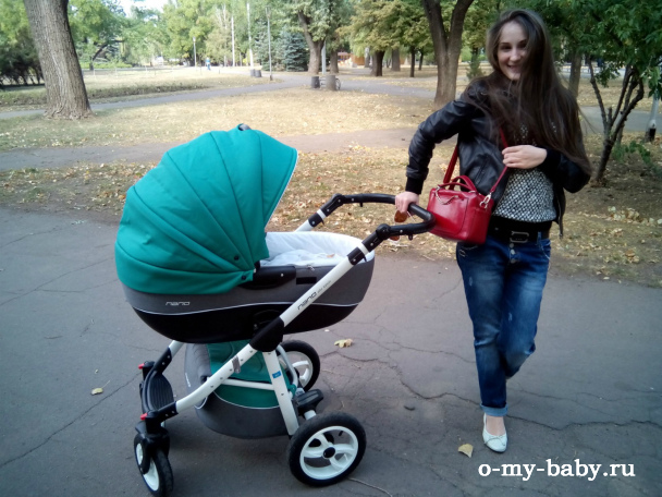 С дочкой на прогулке.