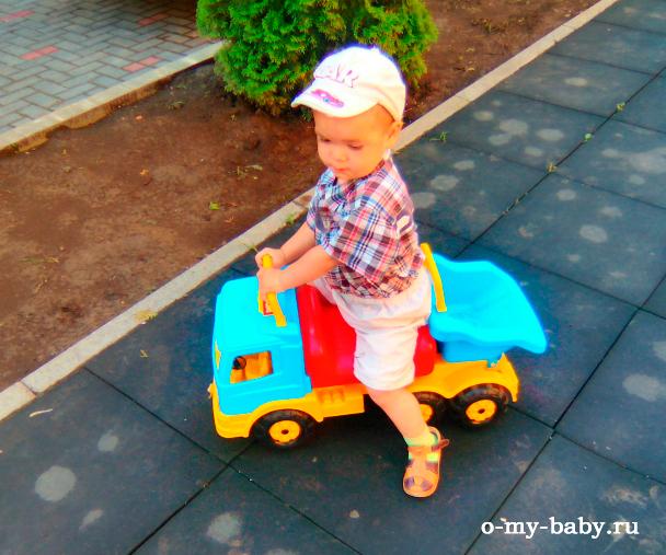 Малыш на самосвале Полесье.