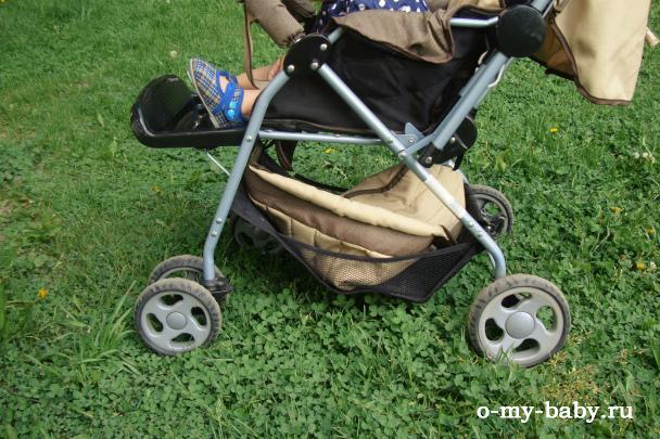Ребёнку удобно спать в коляске.