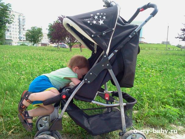 Ребёнку нравится коляска.