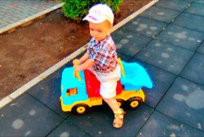 Маленький водитель.