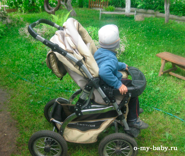 Малыш в коляске Bebetto Joker.