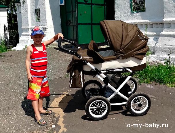 Брат катает коляску.