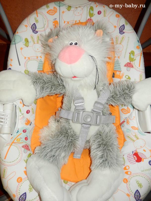 Безопасность малыша обеспечивают ремни.