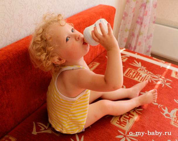 Малышка пьёт молоко.