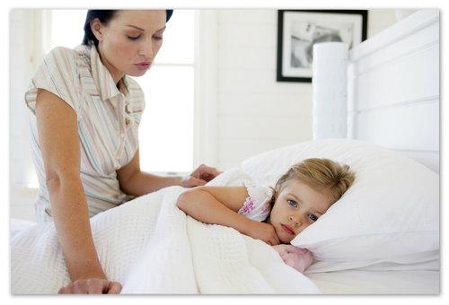 Мама заботиться о больном ребёнке.