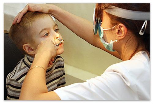 Доктор осматривает ребёнка.