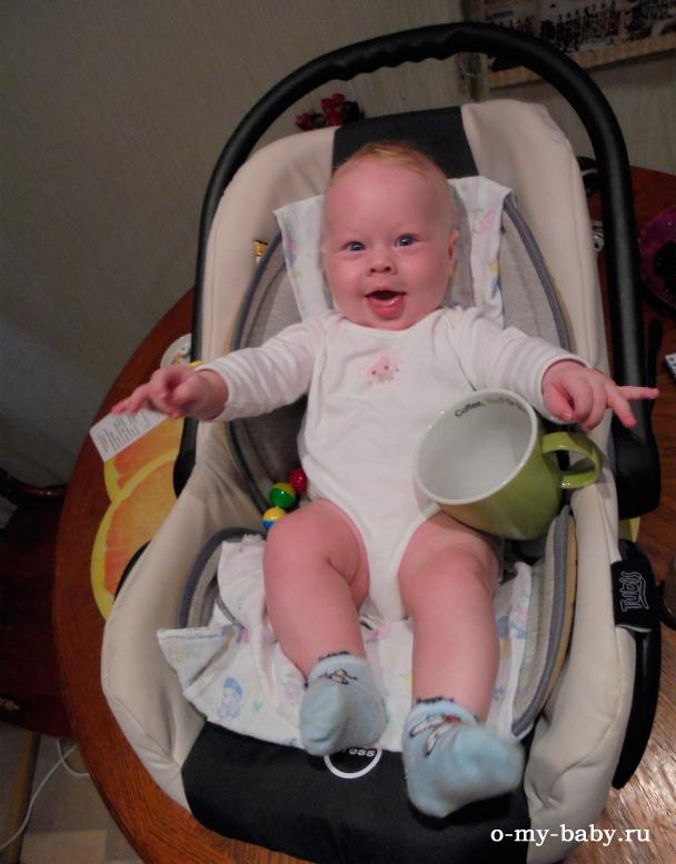 Ребёнок в коляске.