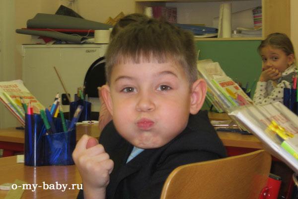Первоклассник Миша в школе.