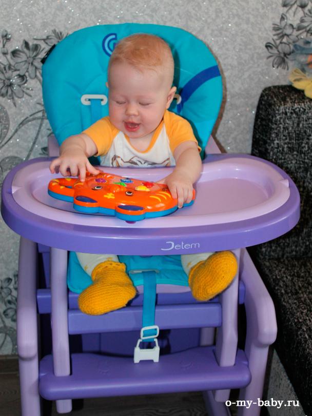 Малышка в стульчике.