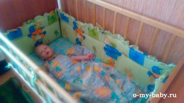 Малышка в кроватке.