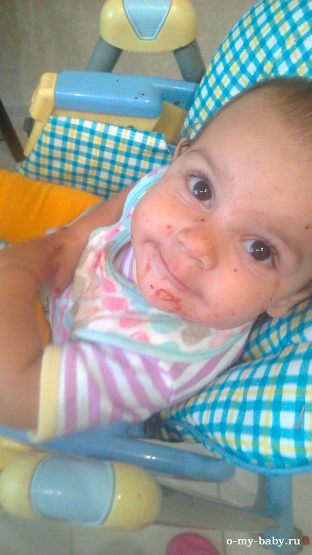 Девочка кушает.