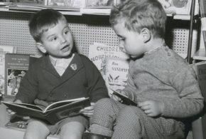 Мальчики читают.