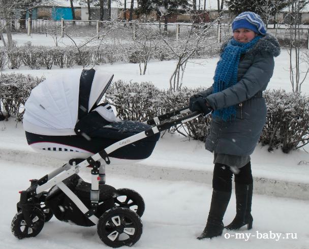 На улице метель, а на дорогах сугробы, но это не мешает нам гулять: малышу тепло, а маме удобно.