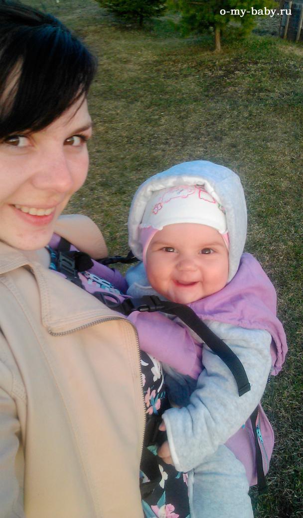 С мамой на прогулке.