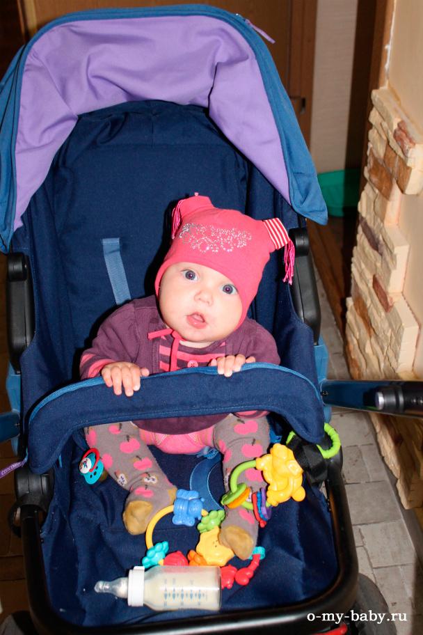 Малышка в коляске.