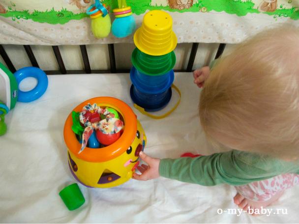 Малыш играет.