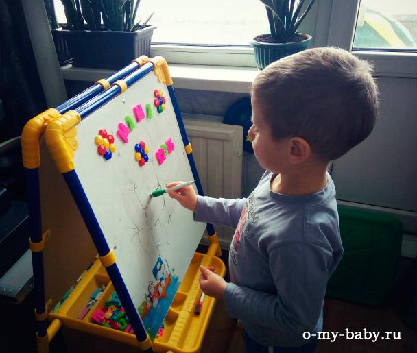 Ребёнок рисует.