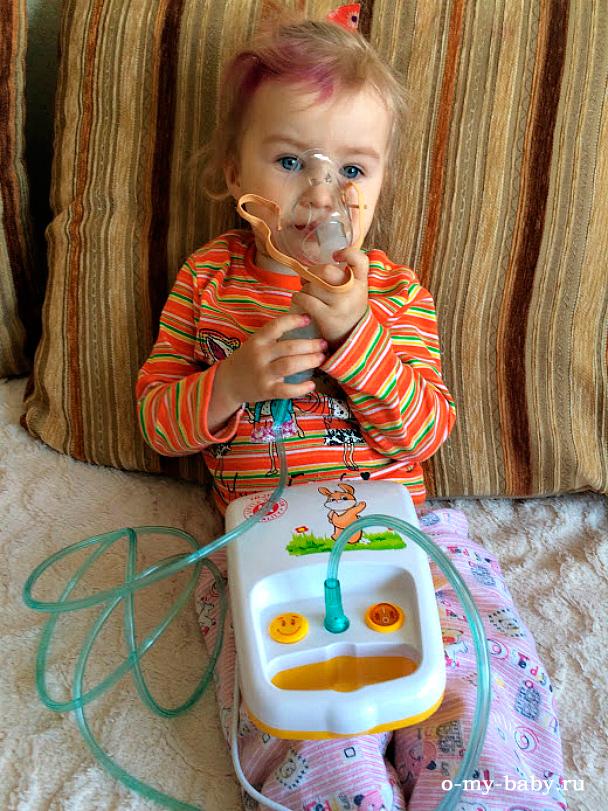 Ребёнок с небулайзером.