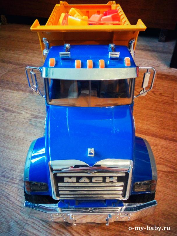 Яркий грузовик.