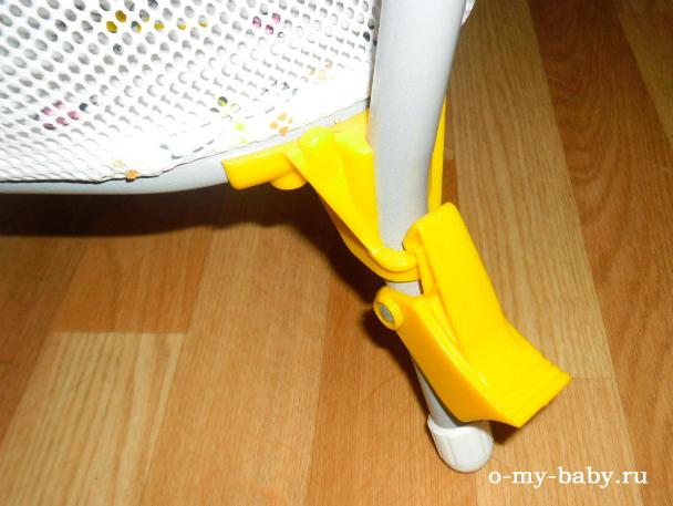 Ножки снабжены фиксаторами.