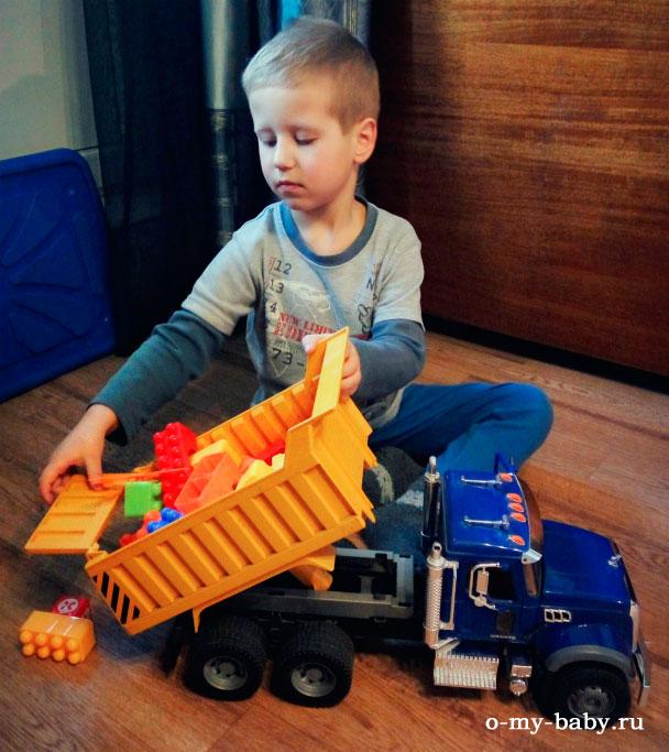 Малыш играет с машиной.