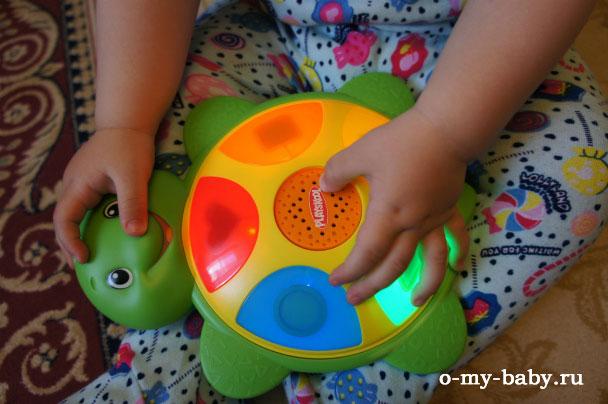 Игрушка в руках ребёнка.