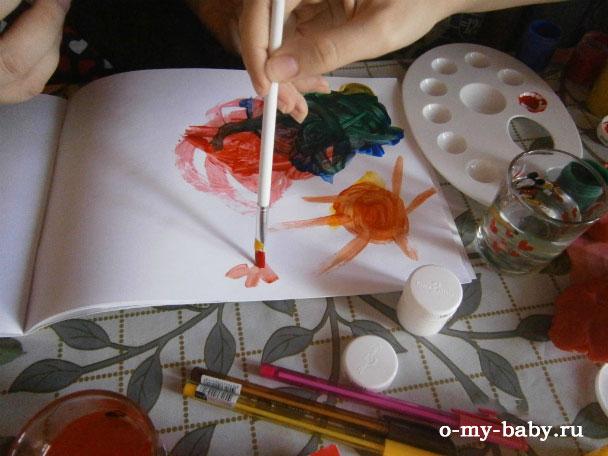 Дети рисуют.